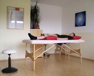 Patient auf Liege - Fußreflexzonenmassage